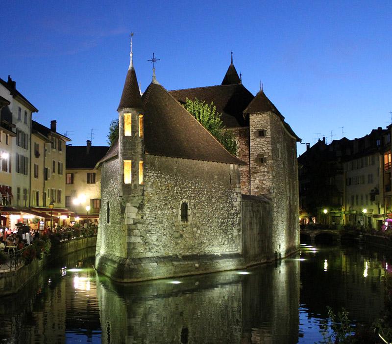Cadre privilégié du restaurant Annecy La Bastille en vieille ville au bord du Palais de l'Isle
