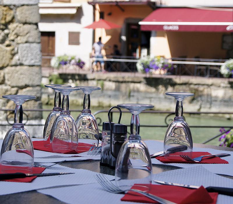 Terrasse restaurant Annecy La Bastille au bord du canal d'eau